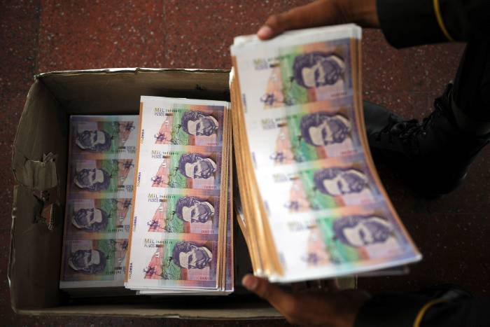 Colombian police show forged bank notes on September 18, 2009  in Medellin, Antioquia department, Colombia. Authorities seized 1,600 million of Colombian pesos in 50,000 notes and two people were arrested. AFP PHOTO/Raul ARBOLEDA