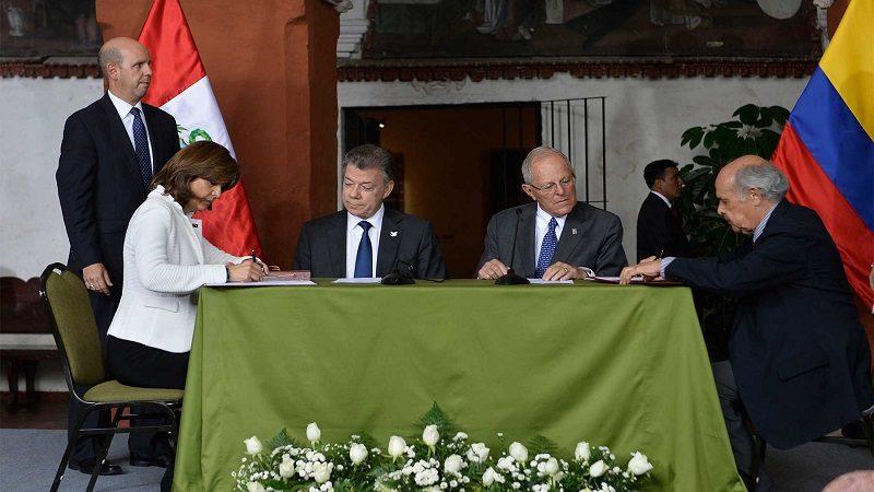 Los presidentes y cancilleres de Colombia y Perú, durante la firma de convenios que benefician a las comunidades fronterizas de los dos países.