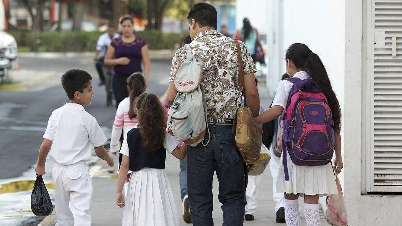 GUADALAJARA, JALISCO, 28ABRIL2014.- Después de quince días de vacaciones, miles de niños regresan a clases en Jalisco.  FOTO: FERNANDO CARRANZA GARCIA /CUARTOSCURO.COM