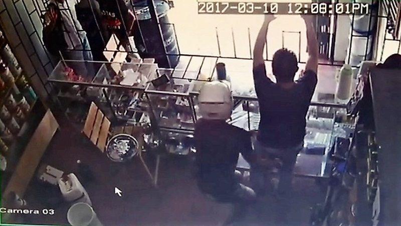 (Vídeo) Ladrones en moto atracaron ferretería en San Roque