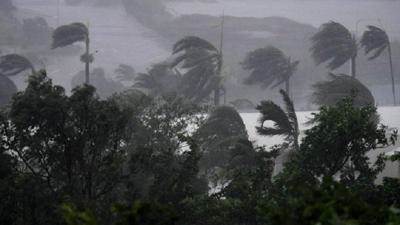 AIR01. AIRLIE BEACH (AUSTRALIA), 28/03/2017.- Fuertes vientos y lluvias azotan Airlie Beach, Australia hoy, 28 de marzo de 2017. Según reportes, el ciclón Debbie golpeará la costa norte de Queensland como categoría 4 en las próximas horas. EFE/DAN PELED/PROHIBIDO SU USO EN AUSTRALIA Y NUEVA ZELANDA