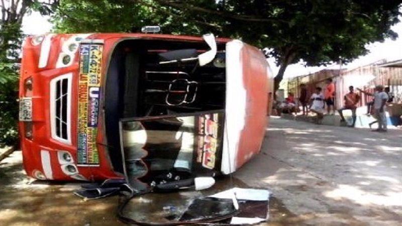 Al menos 10 heridos al volcarse buseta de Lucero San Felipe en el barrio Las Terrazas