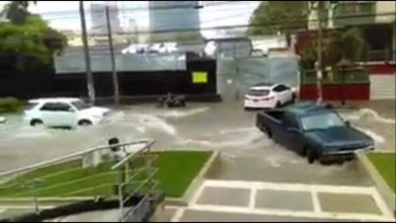Arroyo de la calle 85 arrastró 7 carros este viernes