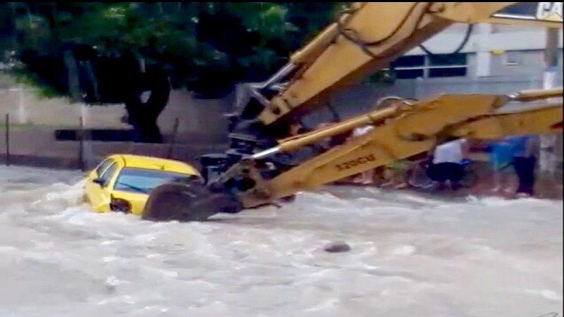 Con retroescavadora salvan un taxi en el arroyo de la 21