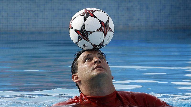 Duró 12 minutos con el balón en la cabeza dentro de una piscina