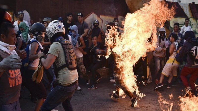 Maduro acusa a opositores de quemar a un joven en protestas