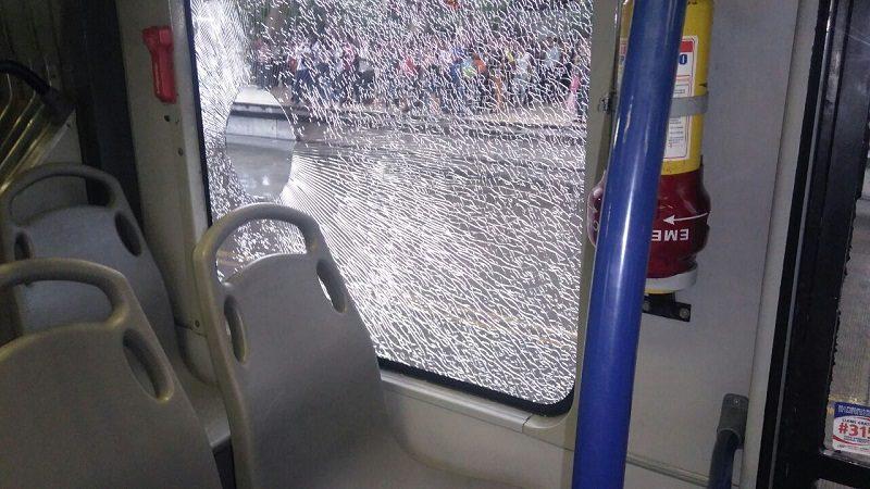 Dos pasajeros heridos dejan ataque a piedras contra tres buses de Transmetro afuera del Metropolitano