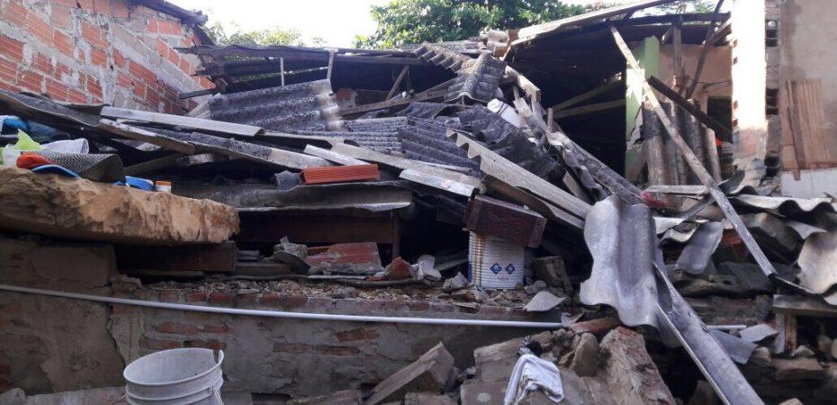 Tres familias se salvaron de morir al desplomarse una vivienda en Nueva Colombia