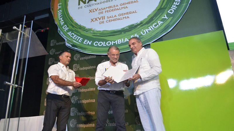 Verano condecoró al Ministro de Agricultura con medalla 'Puerta de Oro'