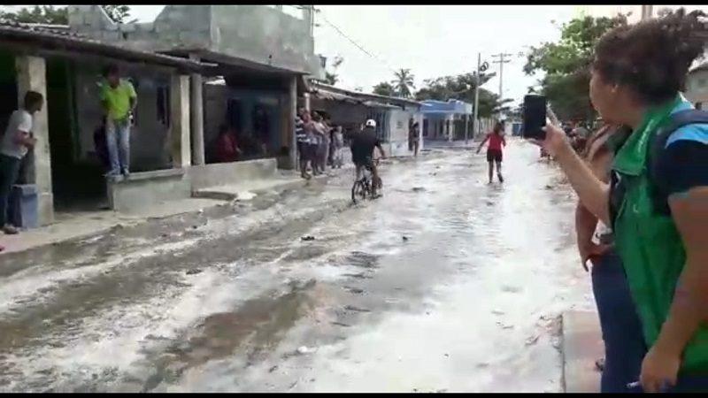 El mar se desborda e inunda las calles de Pueblo Viejo, Magdalena