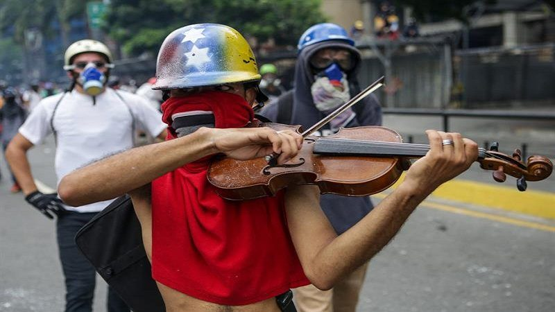Hieren a violinista que protestaba contra Maduro en Caracas
