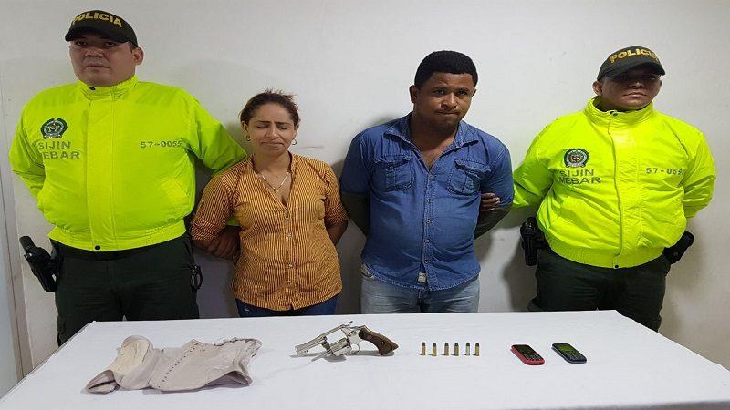 Capturan a dos fleteros en el centro de Barranquilla, la mujer llevaba el revólver