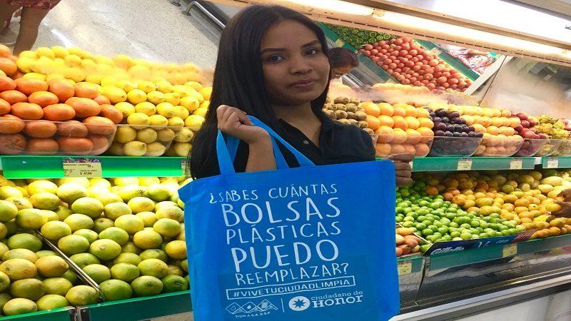 Empresa Triple A regala bolsas ecológicas a los barranquilleros para hacer mercado