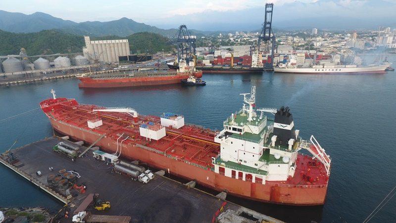 En Puerto de Santa Marta, histórico cargue simultáneo de dos buques con aceite de palma