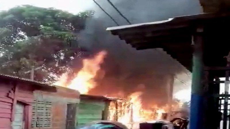 Incendio consumió cuatro viviendas en el barrio 7 de Agosto, en Barranquilla