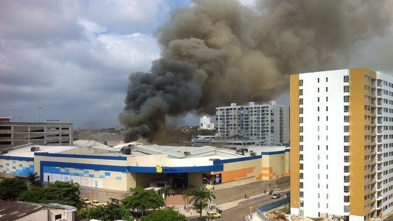 Incendio consume parte del centro comercial Único Barranquilla
