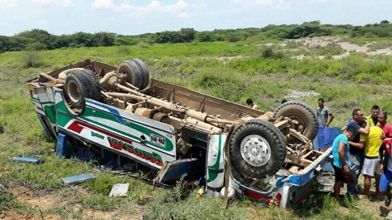 Un muerto y al menos 30 heridos, tras volcarse bus en Sitionuevo