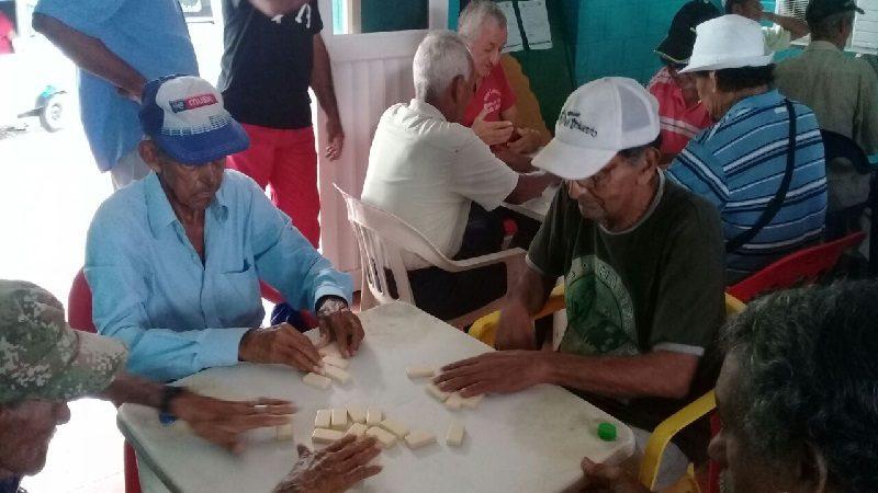 Adultos mayores participan en campeonato de dominó 'Cero estrés', en Malambo