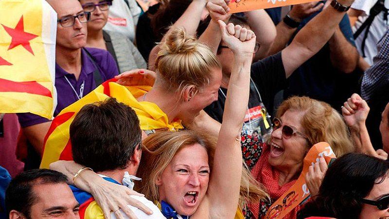 El parlamento catalán declara la independencia