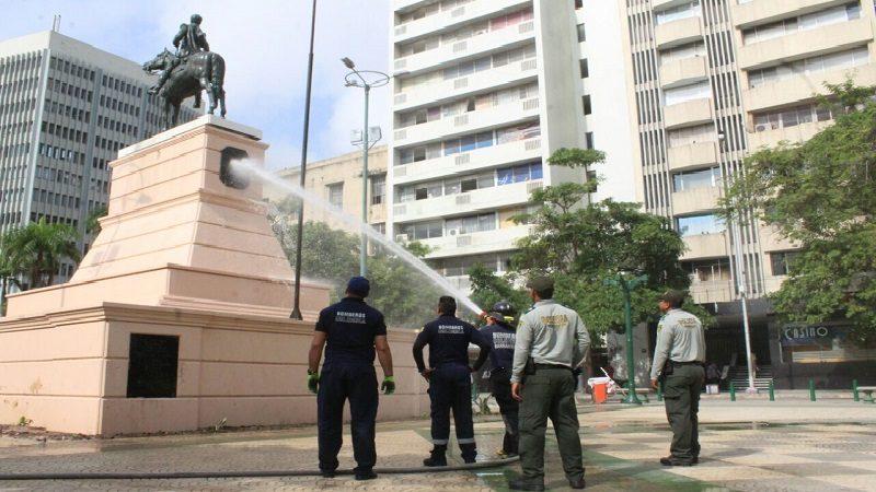 Limpian monumentos y lugares emblemáticos de Barranquilla