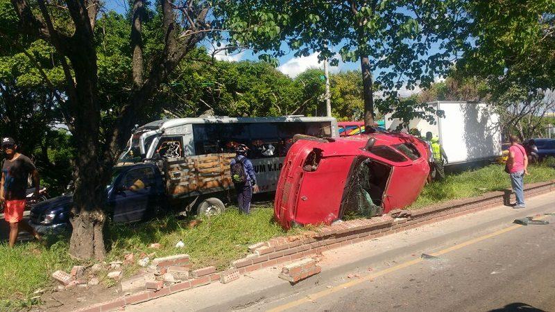 Reportan aparatoso accidente de tránsito en la calle 30