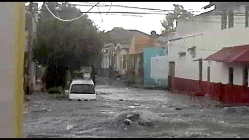 Arroyo del barrio Chiquinquirá arrastra dos vehículos durante un aguacero