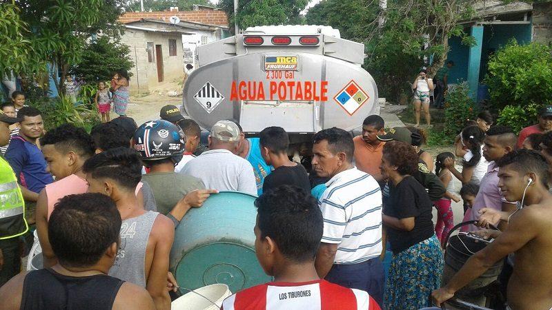 Policía regala 30 mil litros de agua a habitantes de Baranoa