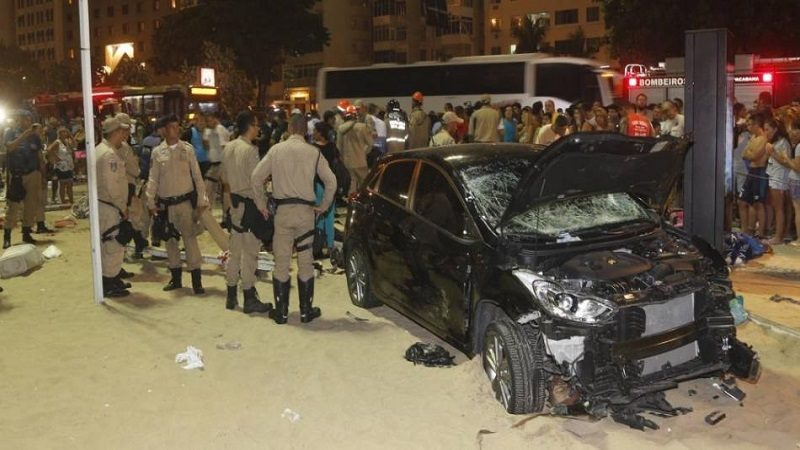 Conductor atropella a al menos 15 personas en playa de Copacabana