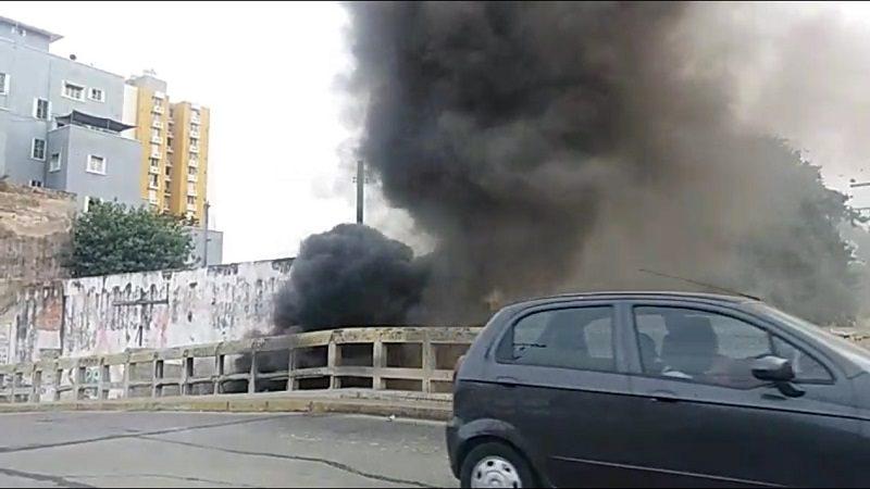 Denuncian quema de llantas debajo de un puente en Barrio Abajo