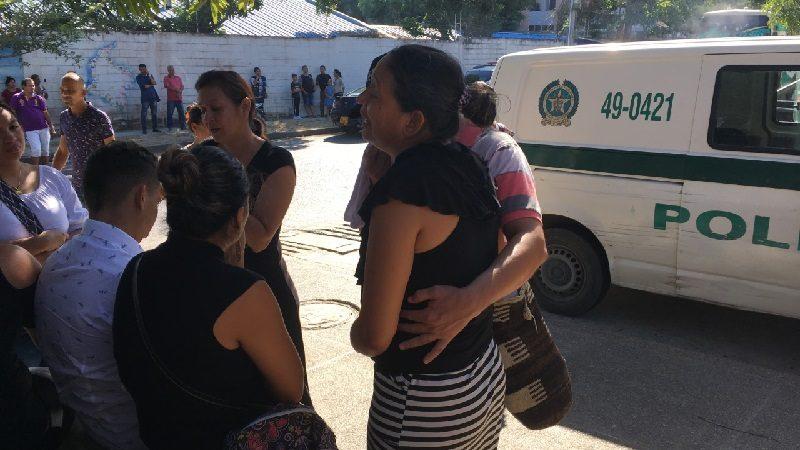Llanto, dolor e impotencia, en las afueras de Medicina Legal, por los policías fallecidos