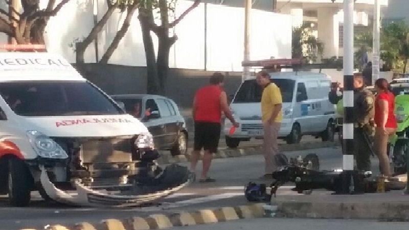 Motorizados se estrellan contra ambulancia que presta servicios a La Clínica Jaller