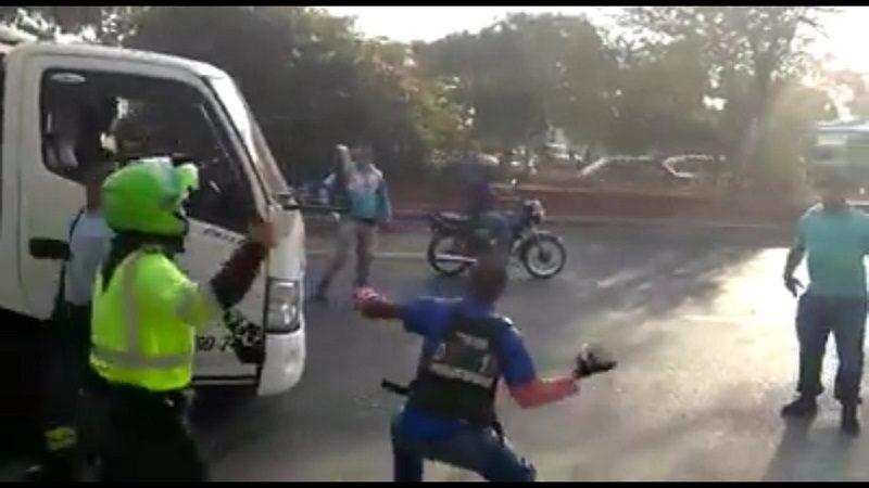 Mototaxista atacó a piedras una grúa porque le inmovilizaron la moto, en Soledad