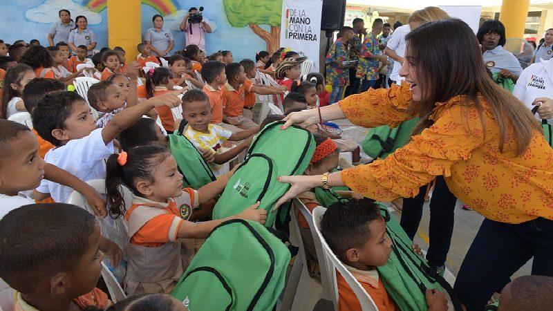 Primera dama comenzó la entrega de 5.000 kits escolares a niños del Distrito