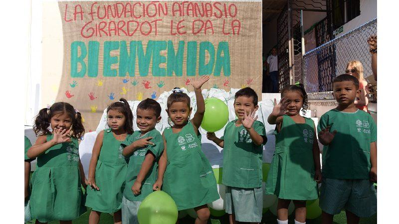 Alcaldía entrega uniformes a niños de los Centros de Desarrollo Infantil