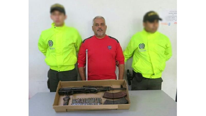 Cae hombre con fusil de fabricación rusa, en el barrio Galán