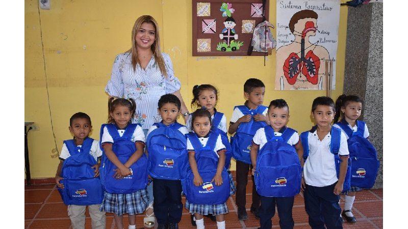 Con apoyo de empresa privada, alcaldía de Malambo entrega kits escolares a estudiantes