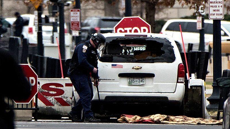 Mujer estrella su carro contra vallas que protegen la Casa Blanca