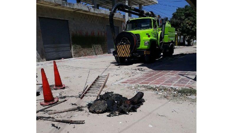 Un pedazo de tronco causó el desbordamiento de aguas servidas en Malambo