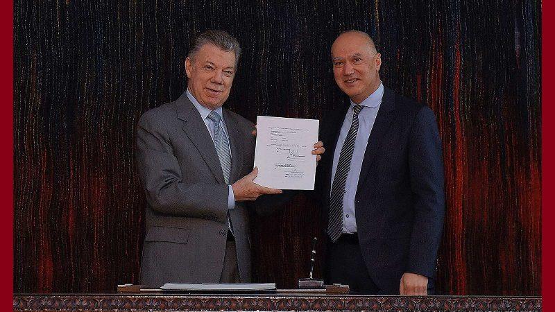 El Presidente Santos y el Gerente del Banco Mundial para Colombia, América Latina y el Caribe, Issam Abousleiman, durante la firma del convenio de donación por 20 millones de dólares.