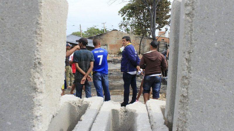 Alcaldía entrega ayudas a damnificados por incendio en el barrio Siete de Abril