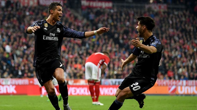 MUNICH, GERMANY - APRIL 12:  ristiano Ronaldo #7 of Real Madrid celebrate with team mate Marco Asensio after he scores his team's 2nd goal during the UEFA Champions League Quarter Final first leg match between FC Bayern Muenchen and Real Madrid CF at Allianz Arena on April 12, 2017 in Munich, Germany.  (Photo by Matthias Hangst/Bongarts/Getty Images)
