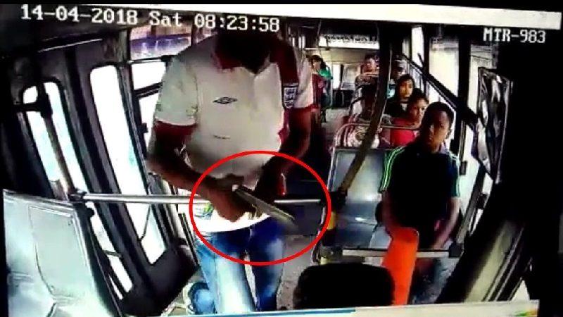 Ladrón atraca a pasajeros de bus en el barrio El Bosque, con pistola hechiza