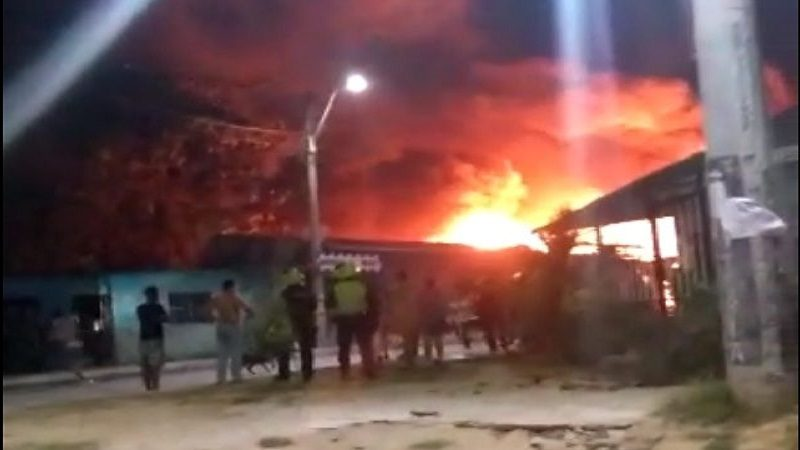 Voraz incendio arrasó con 9 casas en el barrio Siete de Abril