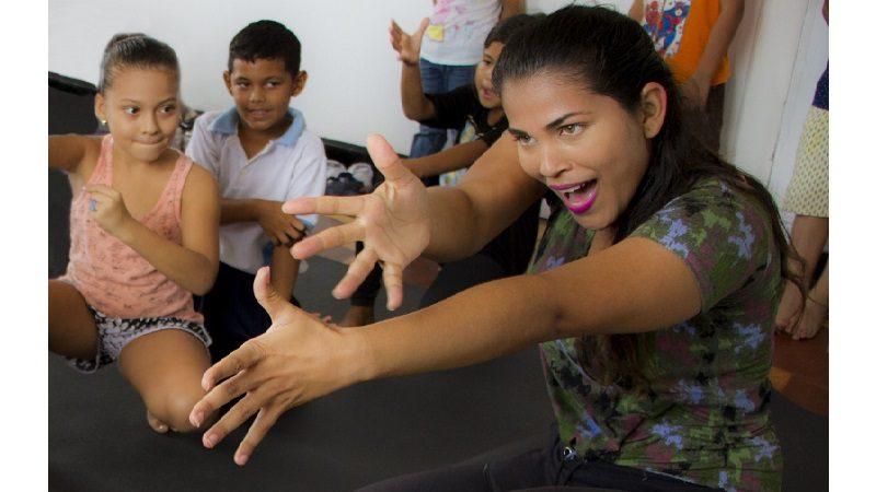 Danza experimental en la Galería del Mar para los niños de Puerto Colombia