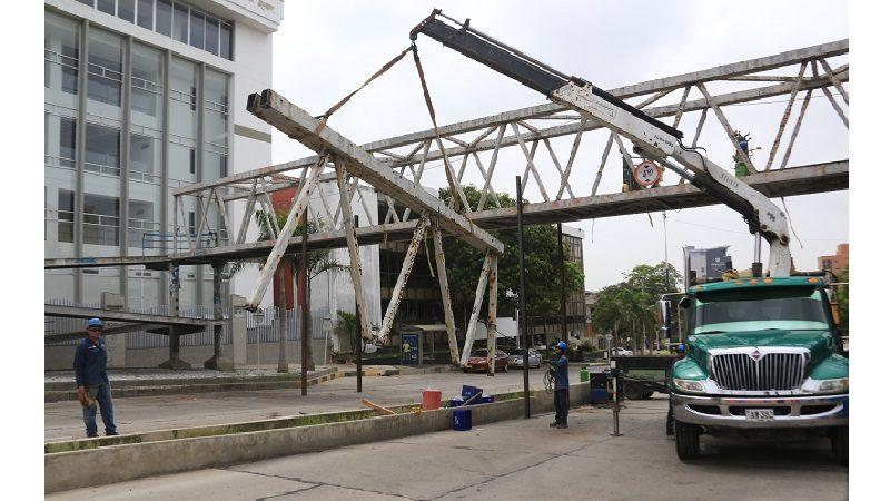 Por su avanzado deterioro, Alcaldía desmonta puente peatonal de la Uniautónoma