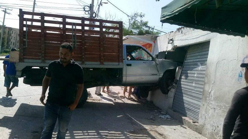 Camioneta voló y se incrustó en local comercial en el barrio Las Estrellas 3