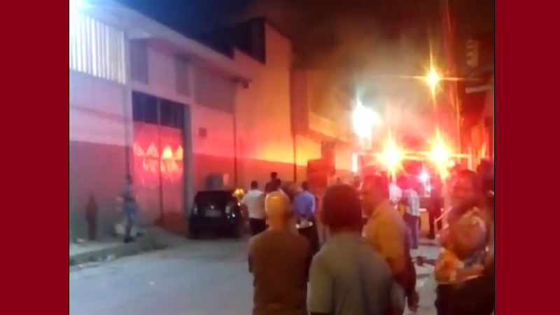 Dos bomberos heridos tras incendio en bodega del barrio Chiquinquirá