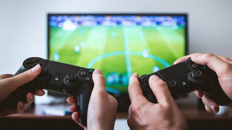 Si su hijo se va a quedar en casa, protéjalo del exceso de televisión y videojuegos