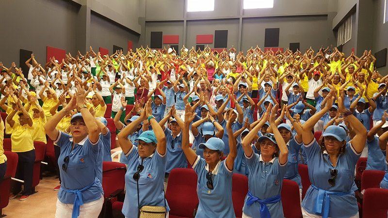 800 abuelitos se gozaron gimnasiada del adulto mayor