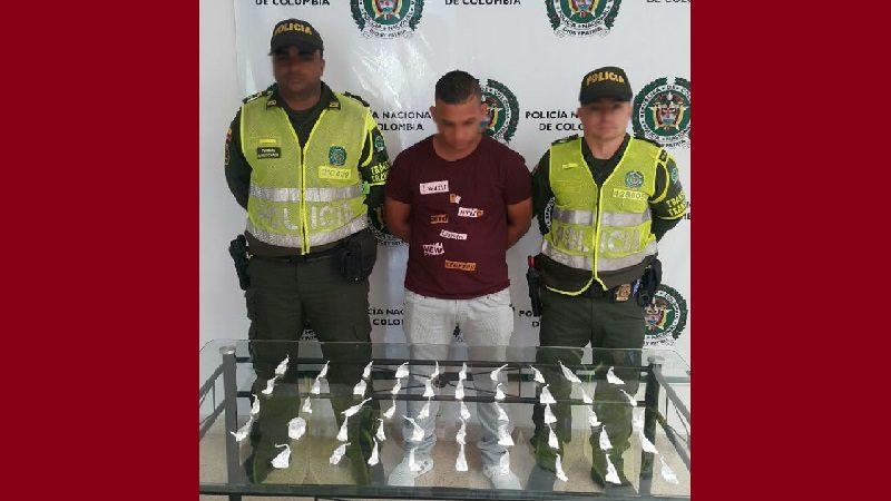 Se hizo el dormido para que no le encontraran las 50 papeletas de cocaína que llevaba en un bus
